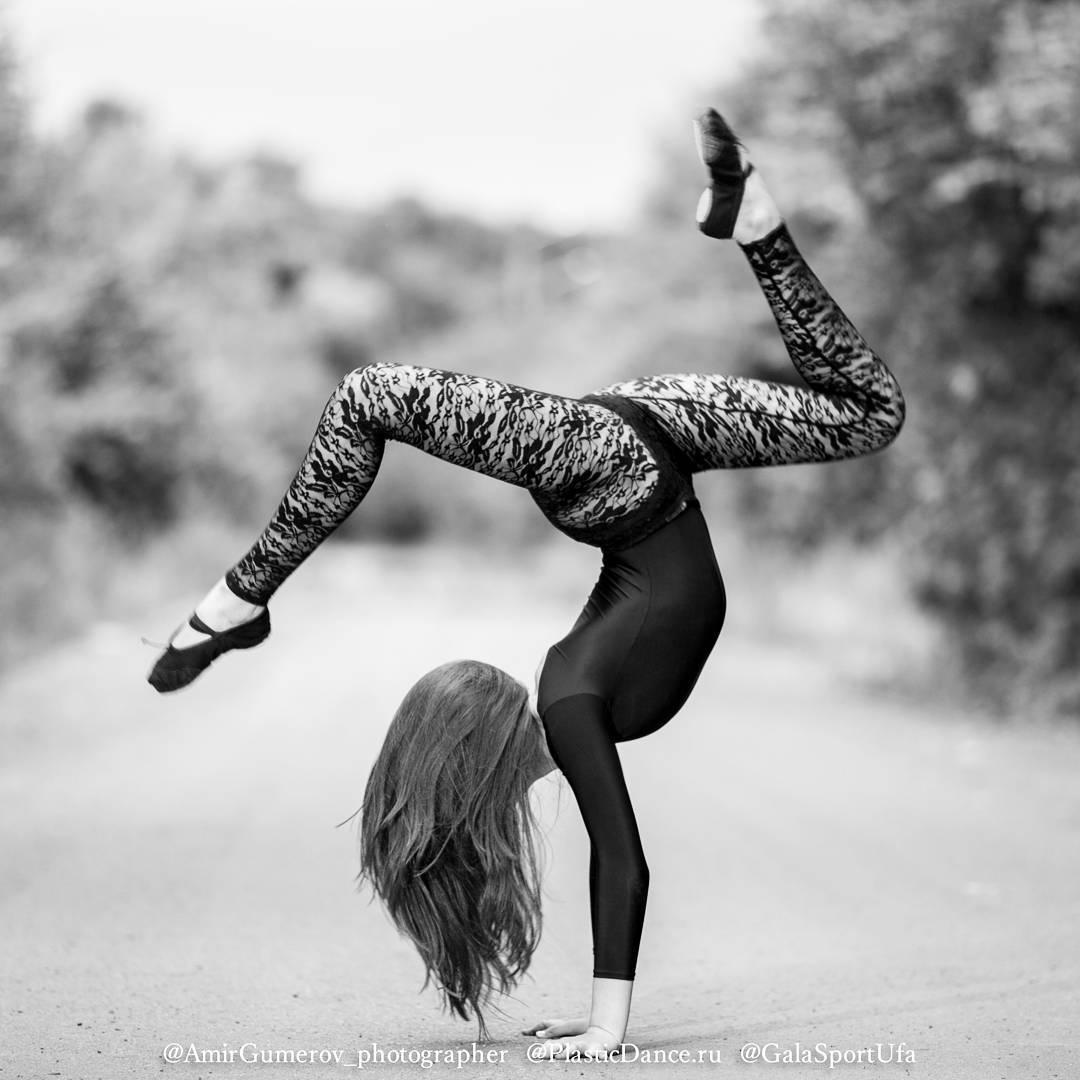 На @samojane лосины из стрейч-гипюра, цена от1200 руб., цвет чёрный и белый, размеры с 36 по 44. Фотограф : @amirgumerov_photographer @teamsportgala