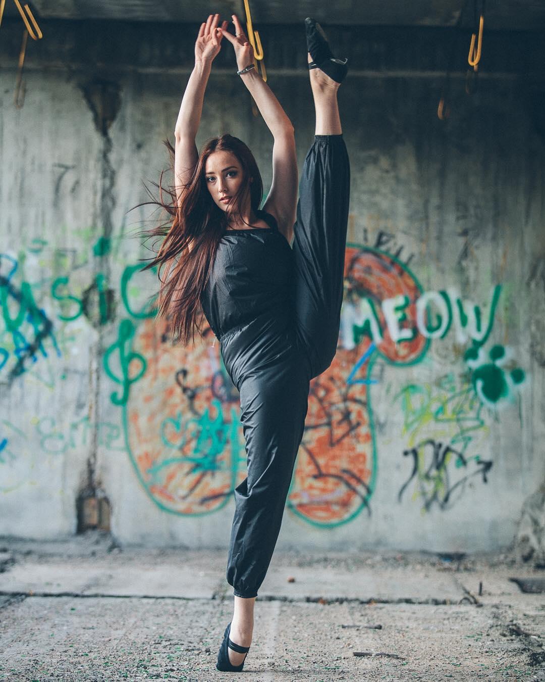 Для того, чтобы во время разминки мышцы хорошенько прогрелись, профессиональные балерины либо надевают на себя сто одежек, либо вот такой комбинезон как на @kchusovitina с эффектом сауны КМС-83, цена 2500 руб., размеры с 38 по 48.Фотограф : @amirgumerov_photographer @teamsportgala